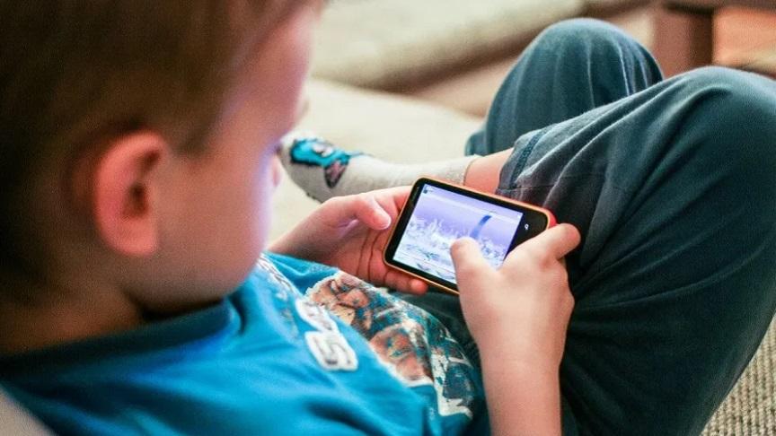 Menino de 9 anos tenta comprar casa usando aplicativo de celular